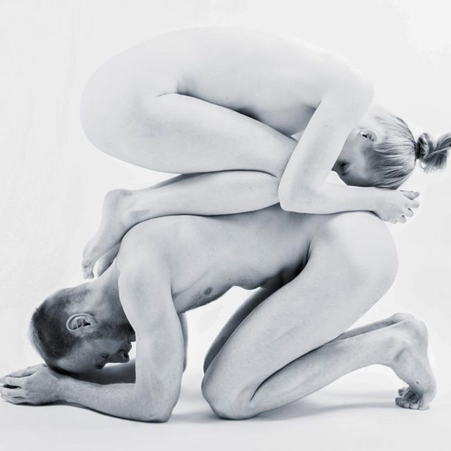 Paar bei Akrobatischem Aktshooting in Fotostudio in München
