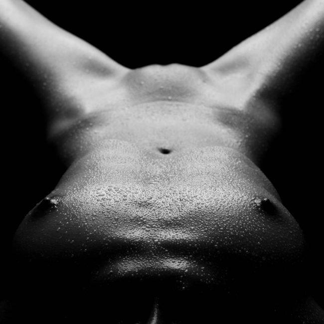 Wasserperlen auf nackter Haut, erotisches Aktfoto in Fotostudio München