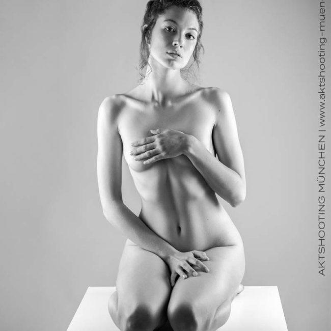 Erotischer Akt vor weißem Hintergrund bei Fotoshooting in Fotostudio München
