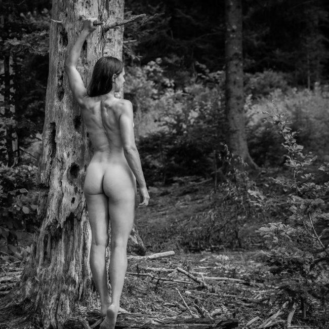 Akt im Wald, Frau steht an Baum