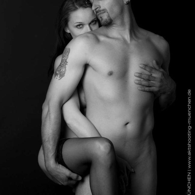 erotisches Aktfotos von Paar vor schwarzem Hintergrund in Fotostudio München