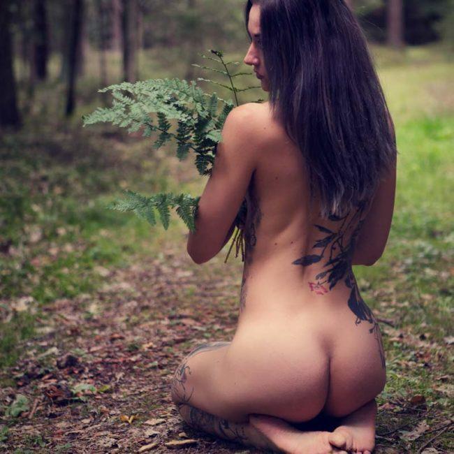 Aktfoto im Wald in München mit Frau mit Blumen