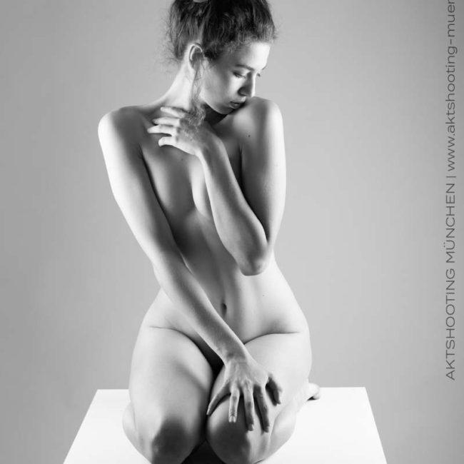 Sinnliches Aktfoto vor weißem Hintergrund in Fotostudio München