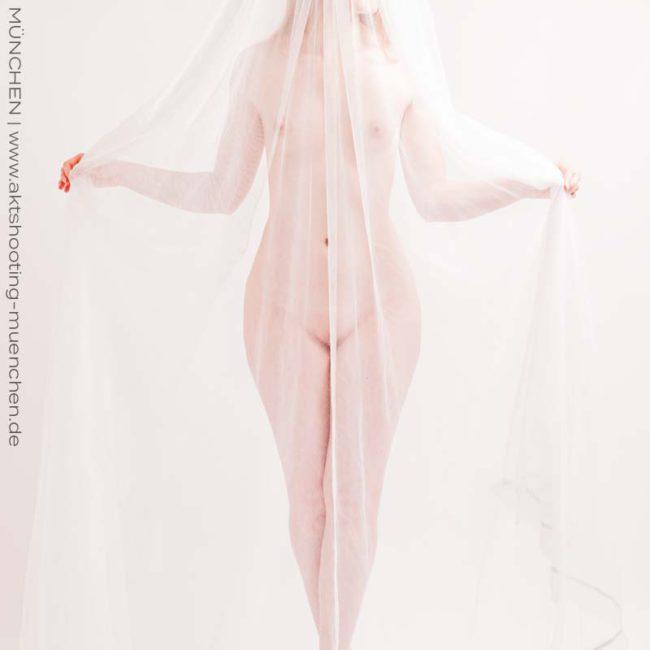 Sinnliches Fotoshooting mit transparentem Tuch bei Aktfotograf München