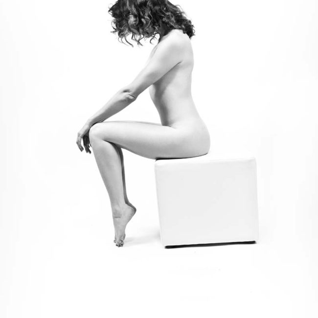 Sinnliches Aktfoto in Fotostudio München mit Frau auf weißem Hocker