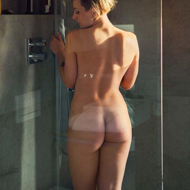Aktfoto unter Dusche bei Homeshooting München