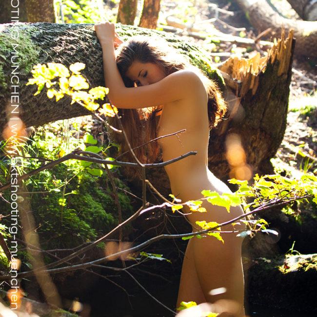 Akt Outdoor im Wald mit Fotograf München