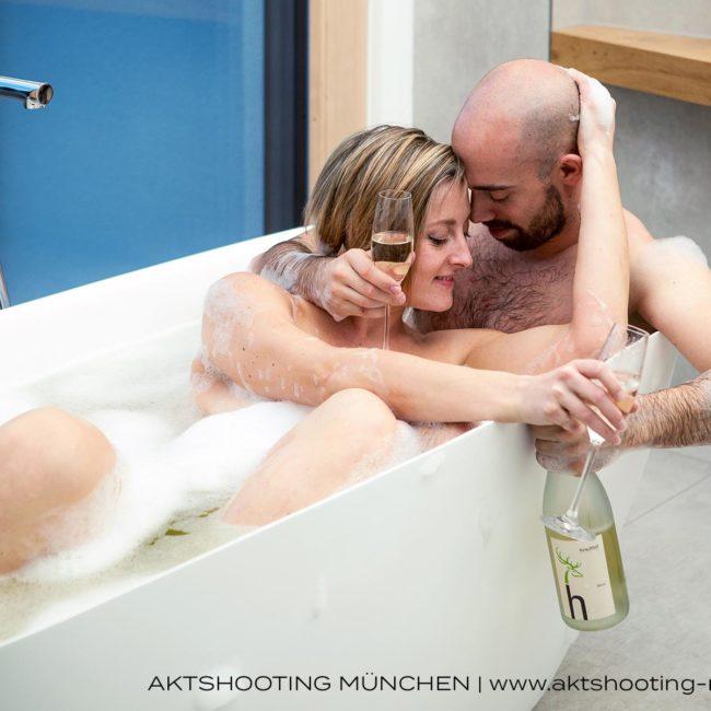 Erotisches Paarfoto in Badewanne, Homeshooting München