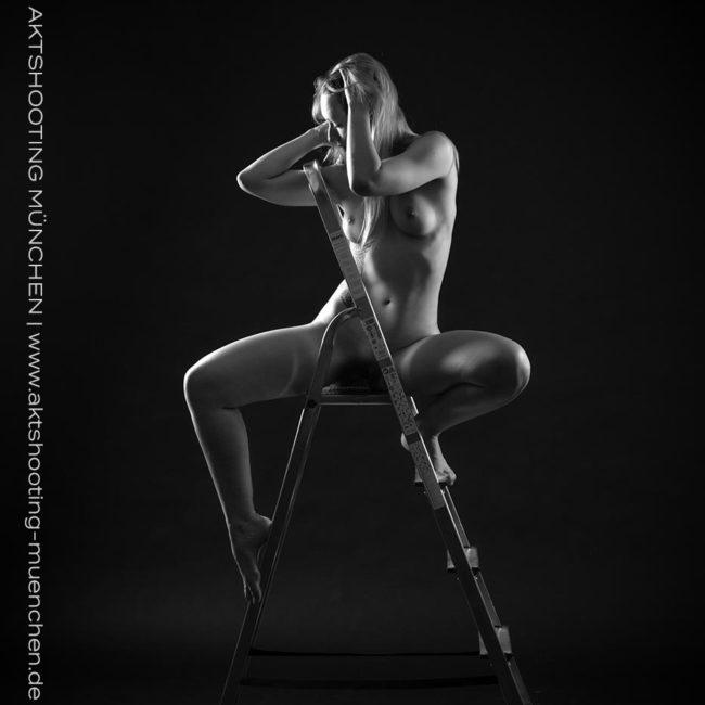 Erotisches Lowkey Akt Fotoshooting mit Leiter im München