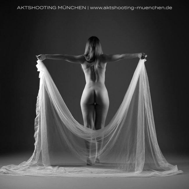 Erotisches Fotoshooting mit Tuch München Studio Westend